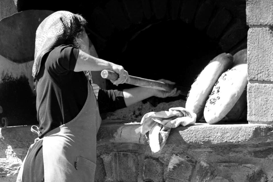 Παραδοσιακό ψωμί στο ξυλόφουρνο στη Μονεμβασιά Λακωνίας. - XIROMERO PRESS -  XIROMEROPRESS.GR