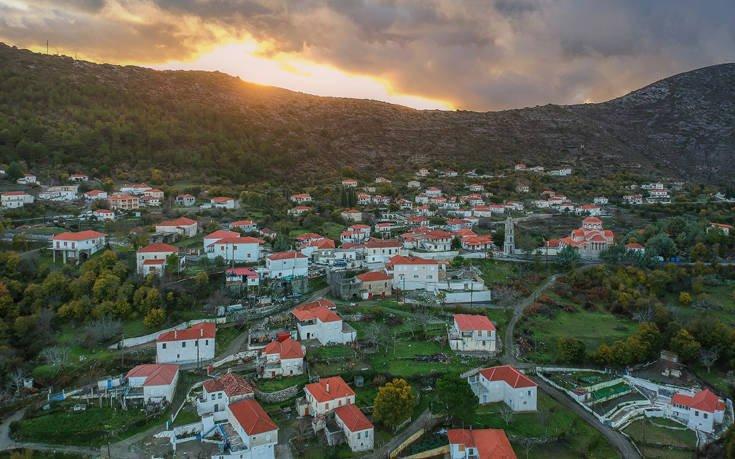 Αυτό το πανέμορφο χωριό της Ελλάδας που κρέμεται ανάμεσα στα βουνά