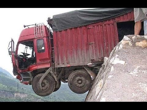 Τρομερό φορτηγό φορτωμένο κορμούς φεύγει κάτω στο γκρεμό