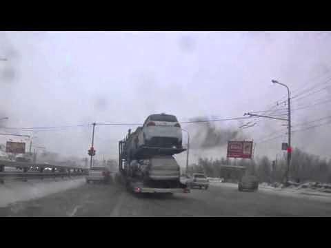 Οδηγός Νταλίκας  φορτωμένη με αυτοκίνητα χάνει τον έλεγχο σε παγωμένο δρόμο,σοκαριστικό ατύχημα!