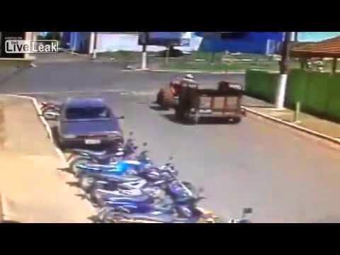 Το πιο απίστευτο ατύχημα που έχει συμβεί ποτέ στον κόσμο με τρακτέρ