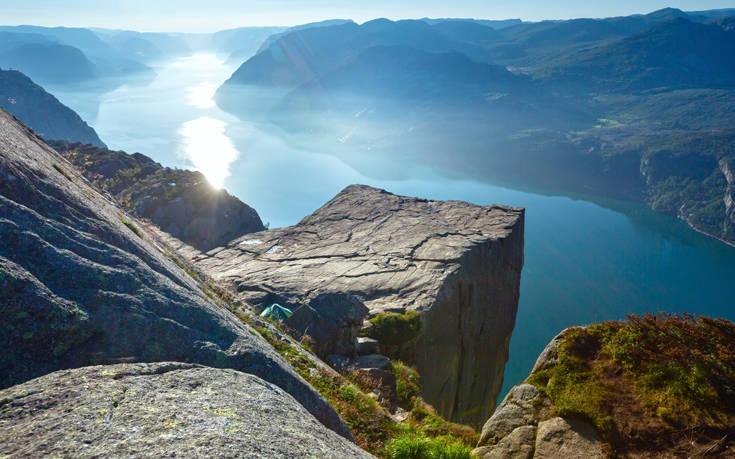Θέα που κόβει την ανάσα σε ένα από τα πιο επικίνδυνα αξιοθέατα του κόσμου