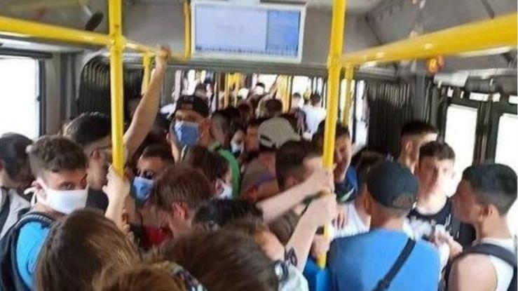 Εικόνες σοκ από λεωφορείο του ΟΑΣΑ: «Πατείς με πατώ σε» στα δρομολόγια προς Βουλιαγμένη (Video)