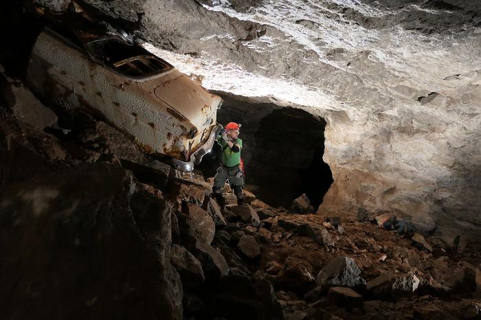 Μια τεράστια τρύπα σε κήπο σπιτιού αποκάλυψε… μια υπόγεια πολιτεία με αυτοκίνητα! (Photo)