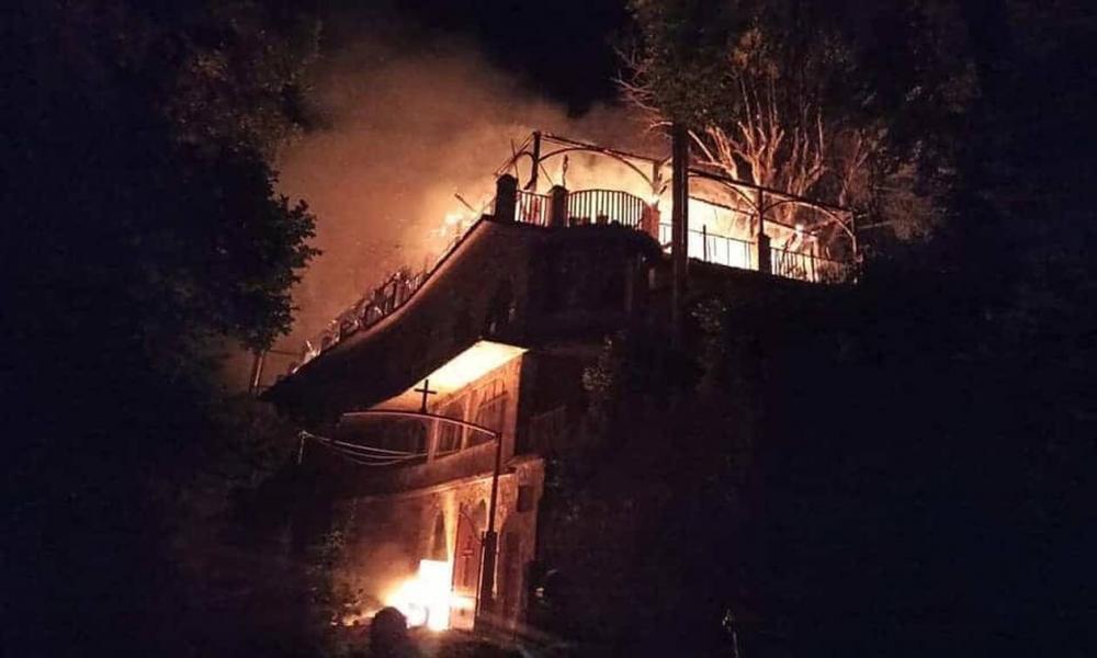 ΜΕΓΑΛΗ ΘΛΙΨΗ:Πυρκαγιά στη Ι. Μ. Παναγίας Βαρνάκοβας: Κάηκε ολοσχερώς ο Ιερός Ναός (Βίντεο)