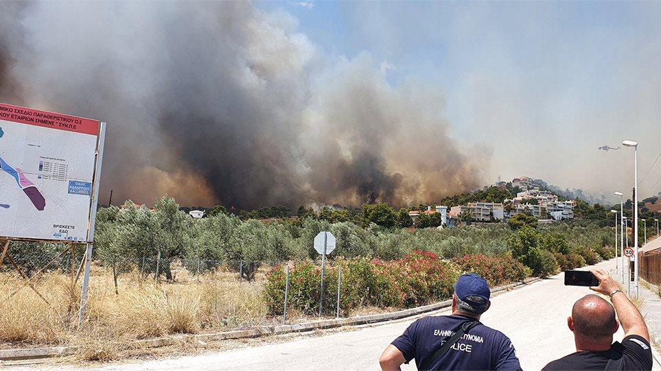 Εκτός ελέγχου η φωτιά στην Κορινθία! Συγκλονιστικές εικόνες από την άνιση μάχη με τις φλόγες! Εκκενώθηκαν 5 οικισμοί, μια κατασκήνωση και ένα οικοτροφείο!