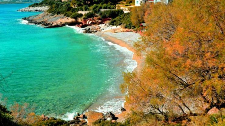 Ερωτοσπηλιά: Μια παραλία με αμμουδιά και διάφανα νερά 36 χιλιόμετρα από την Αθήνα