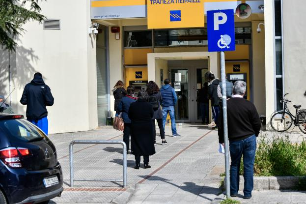 Τράπεζες: Από σήμερα «καταργούνται» 4 συναλλαγές στα γκισέ λόγω πανδημίας