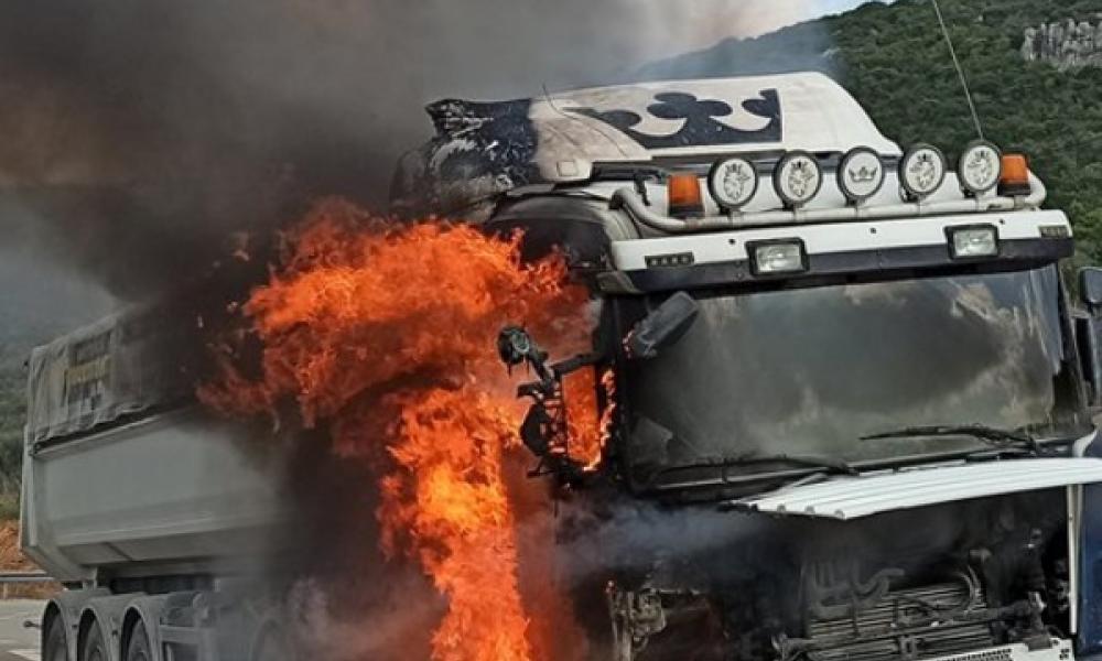 Νταλίκα ταξίδευε φλεγόμενη στην Εθνική Οδό – Ανυποψίαστος ο οδηγός (vids)
