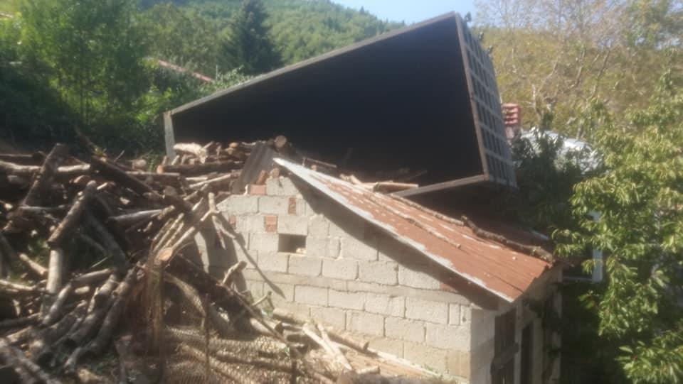 Σοβαρό ατύχημα για τον γιο του Κύρτσου – Έπεσε σε γκρεμό με φορτηγό που μετέφερε ξύλα