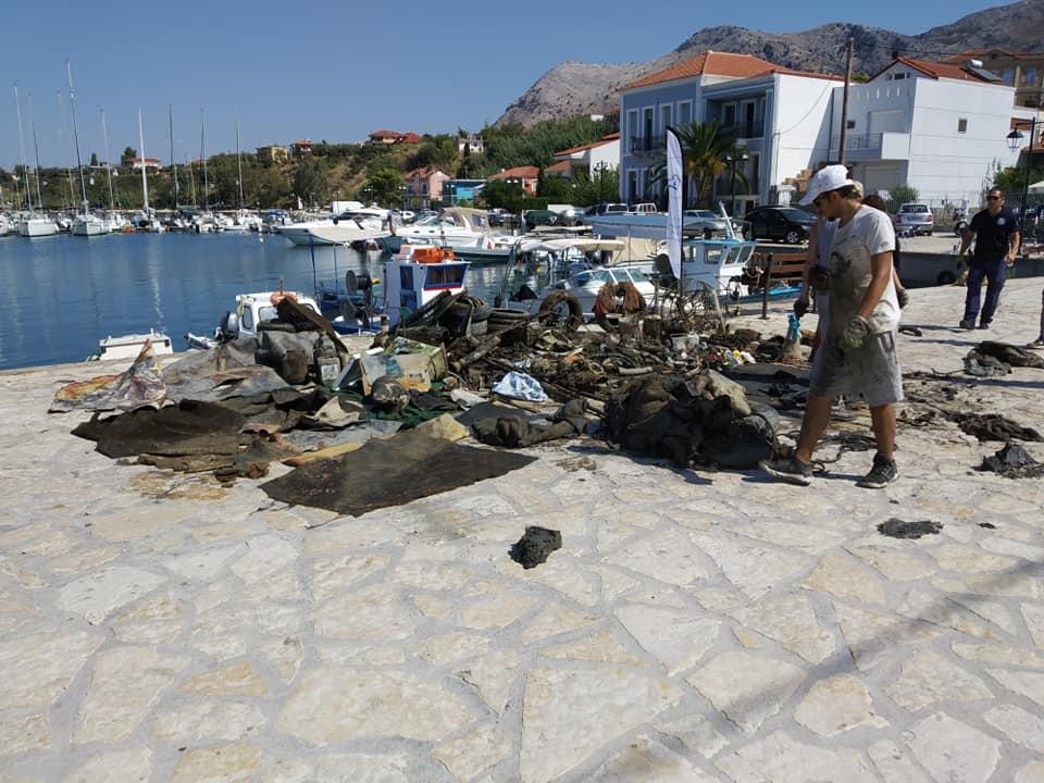 Σήμερα πραγματοποιήθηκε εθελοντικός καθαρισμός του βυθού στο λιμάνι της Παλαίρου.