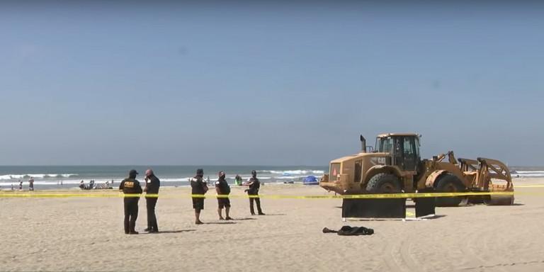 Τραγωδία : Τρακτέρ πέρασε πάνω από γυναίκα που κοιμόταν σε παραλία (Video)