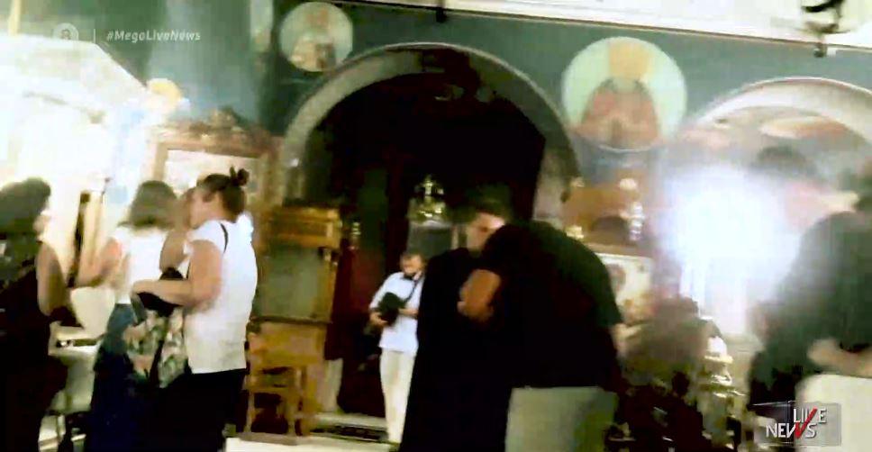 Σοκάρουν εικόνες μέσα από εκκλησία – Συνωστισμός για το σκουφάκι του ΓΕΡΟΝΤΑ ΠΑΙΣΙΟΥ!