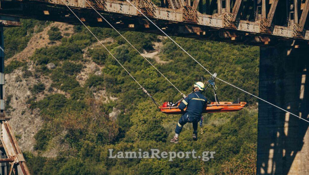 Γοργοπόταμος: Αλεξιπτωτιστής «κρεμάστηκε» στη γέφυρα – ΒΙΝΤΕΟ