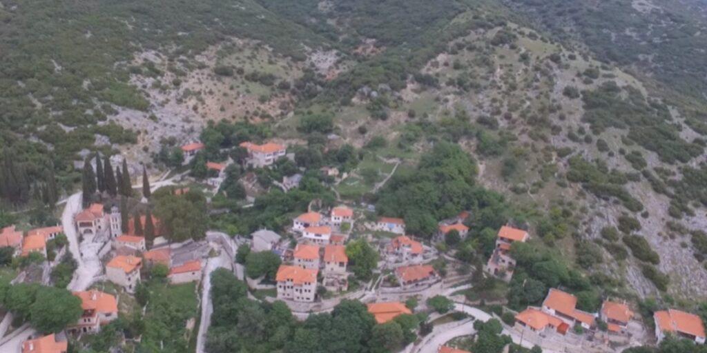 Χιονοχώρι: Το πέτρινο ελληνικό χωριό που τα σπίτια μοιάζουν να κρέμονται στην πλαγιά (BINTEO)