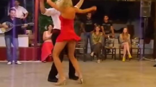 ΠΟΛΥ ΓΕΛΙΟ:Χόρευε τσιφτετέλι και της έπεσε το… βρ@κί – Δε φαντάζεστε τι έκανε