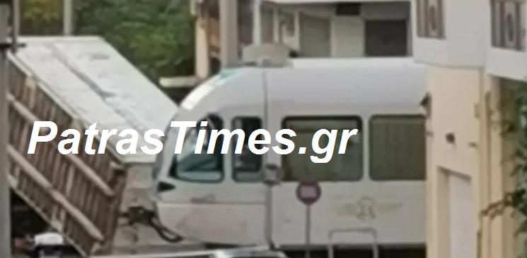 ΕΚΤΑΚΤΟ:Φορτίο νταλίκας έπεσε πάνω στον προαστιακό