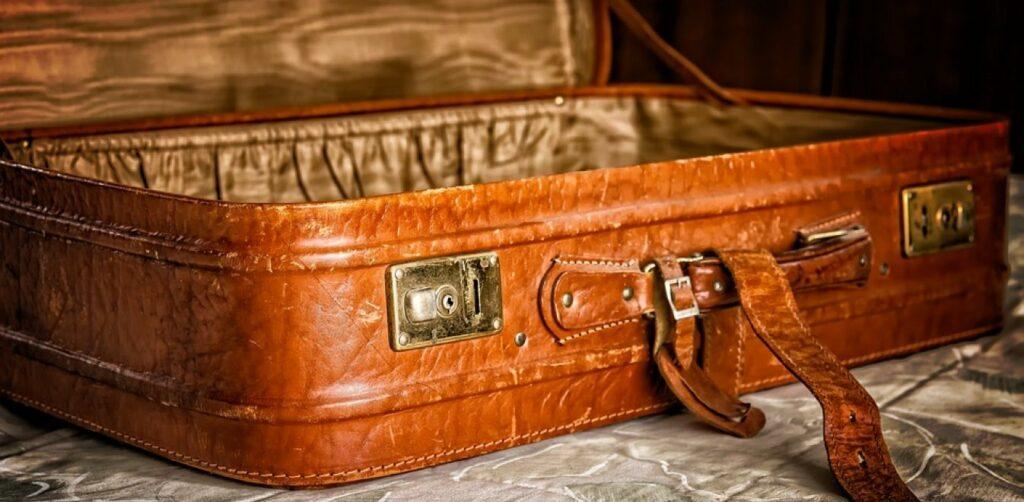 ΑΠΙΣΤΕΥΤΟ:Έκαναν ανακαίνιση το σπίτι ΚΑΙ βρήκαν ΜΕΣΑ ΣΤΟ ΤΟΙΧΟ μια βαλίτσα του 1950 ΜΕ ΜΙΚΡΟ ΘΗΣΑΥΡΟ!
