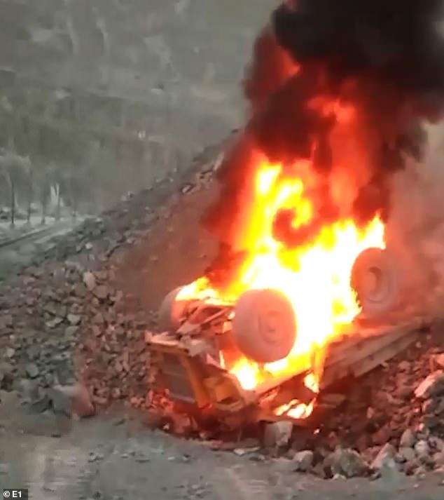 Φορτηγό – θηρίο 200 τόνων έπεσε από πλαγιά και πήρε φωτιά – Ο οδηγός σώθηκε από θαύμα (Video)