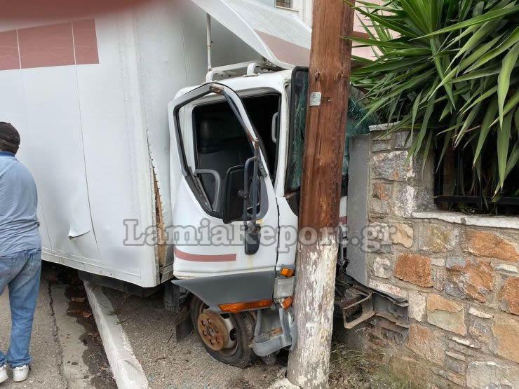 Σοκαριστικό Τροχαίο με δύο φορτηγά,διαλύθηκαν πάνω σε τοίχο και κολώνα!