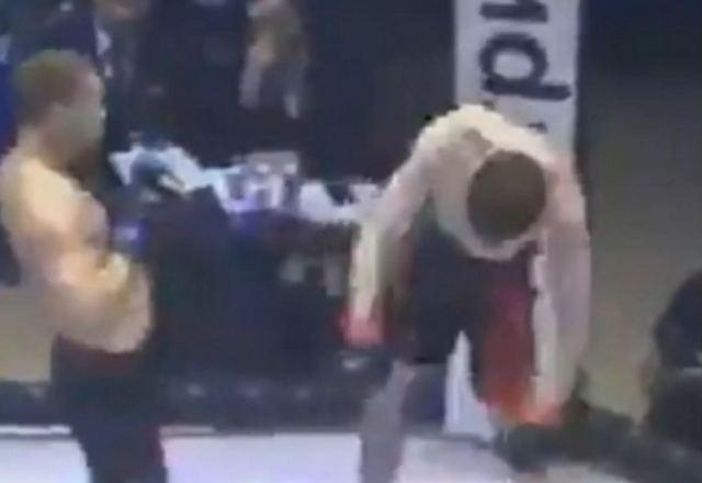 Τρομακτικό! Έβγαλε νοκ άουτ… όρθιο τον αντίπαλό του σε αγώνα ΜΜΑ! ΣΚΛΗΡΕΣ ΕΙΚΟΝΕΣ (video)