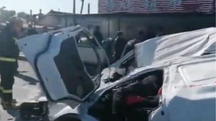 Βίντεο-σοκ από τροχαίο: Νταλίκα ισοπεδώνει βαν – Από θαύμα σώθηκε ο οδηγός (Video)