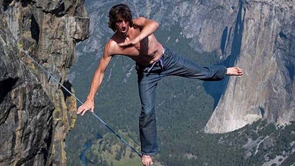 ΑΠΙΣΤΕΥΤΟ περπατάει σε τεντωμένο σκοινί στα 2.700 μέτρα και «κόβει» την ανάσα
