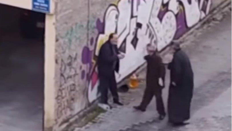 Απίστευτο: Ιερέας δέρνει ηλικιωμένο στην Κοζάνη στη μέση του δρόμου – Το ΒΙΝΤΕΟ