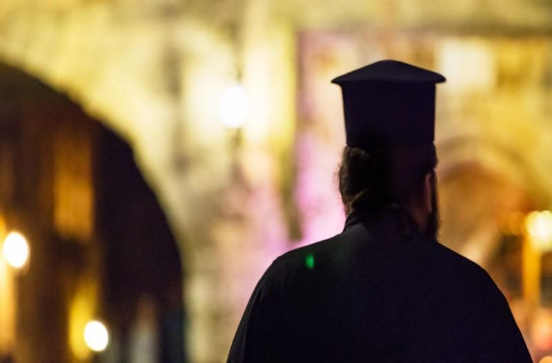 ΣΤΑ ΚΑΓΚΕΛΑ ΟΛΟΚΛΗΡΟ ΧΩΡΙΟ:Ιερέας βρέθηκε θετικός στον κορωνοϊό