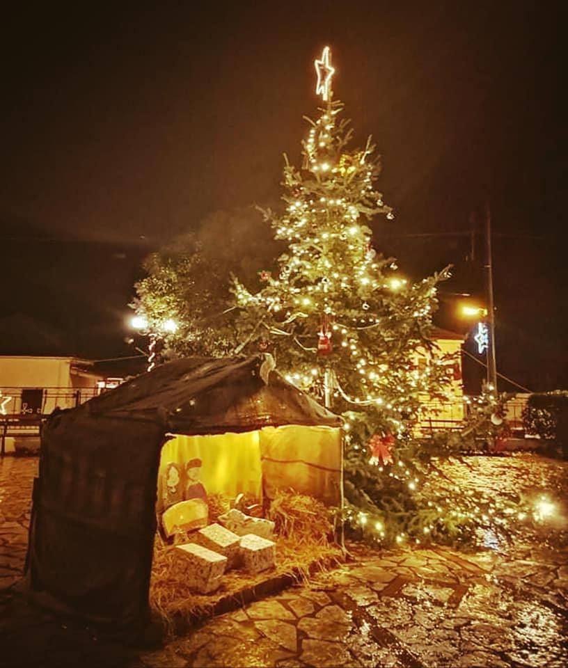 Το εντυπωσιακό χριστουγεννιάτικο δέντρο και η φάτνη στην Πλατεία του Αετού Ακτίου Βόνιτσας