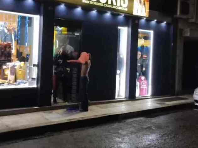 Αγρίνιο: Πολίτες δοκιμάζουν μπουφάν έξω από καταστήματα και μέσα στη βροχή (vid)