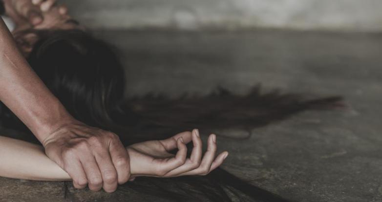 Πατέρας βίαζε την 15χρονη κόρη – Την υποχρέωνε και σε ομαδικό σεξ με 33χρονο φίλο του