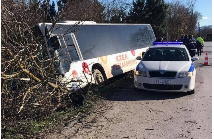 Λεωφορείο του ΚΤΕΛ έκανε βουτιά σε χαντάκι[βιντεο]