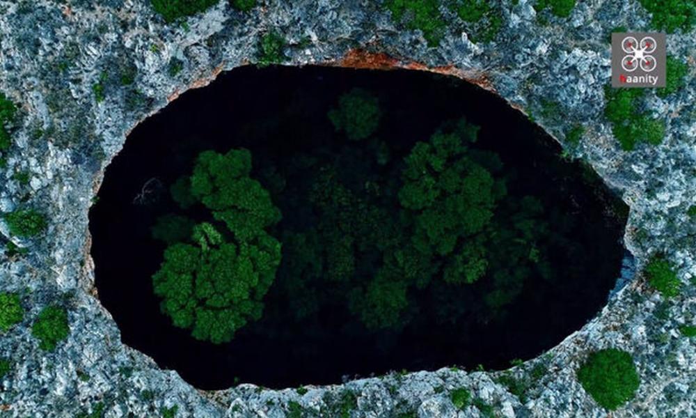 """Η απόκοσμη """"Μαύρη Τρύπα"""" της Μάνης που έχει δάσος στο εσωτερικό της"""