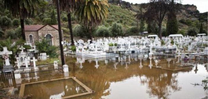 Έντονα τα καιρικά φαινόμενα στο Δήμο Ξηρομέρου Έχει πλημμυρίσει το νεκροταφείο Αστακού, και ο επαρχιακός δρόμος Αστακού – Καραϊσκάκης.[ΒΙΝΤΕΟ]