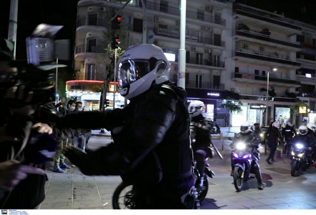 Βίντεο ντοκουμέντο από τη Νέα Σμύρνη: Αστυνομικοί σέρνουν πολίτη, φωνάζουν από τα μπαλκόνια οι κάτοικοι