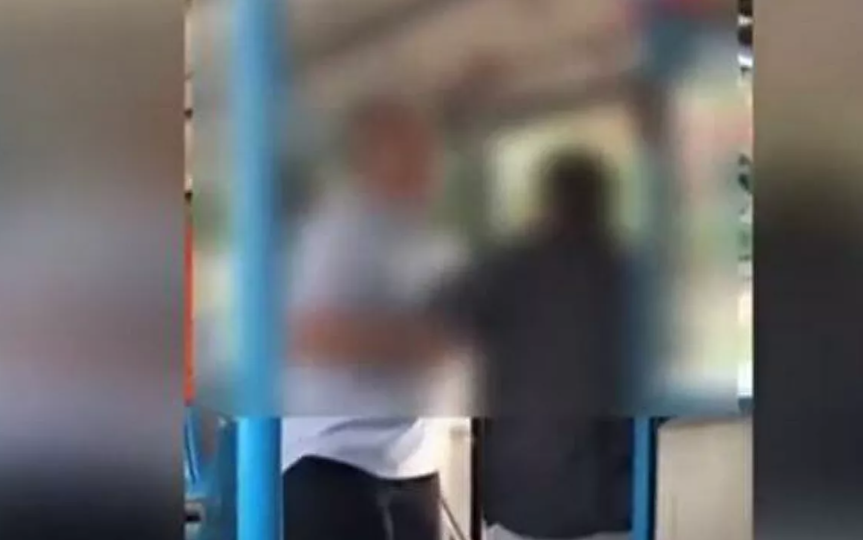 Επίθεση οδηγού λεωφορείου σε ηλικιωμένο επιβάτη ΓΙΑΤΙ ΕΚΑΝΕ ΛΑΘΟΣ ΣΤΗΗ ΣΤΑΣΗ! ΒΙΝΤΕΟ-ΣΟΚ