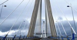 Γυναίκα απειλεί να πέσει από τη Γέφυρα Ρίου – Αντιρρίου: Προσπαθούν να την αποτρέψουν (video)